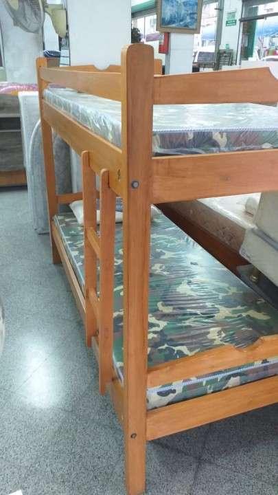 Cama doble con colchón y almohada - 1