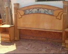 Cabecera de madera y mesitas