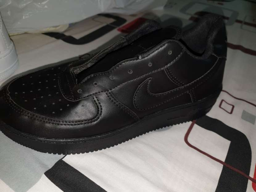 Nike Air Force 1 color negro y otro blanco - 1
