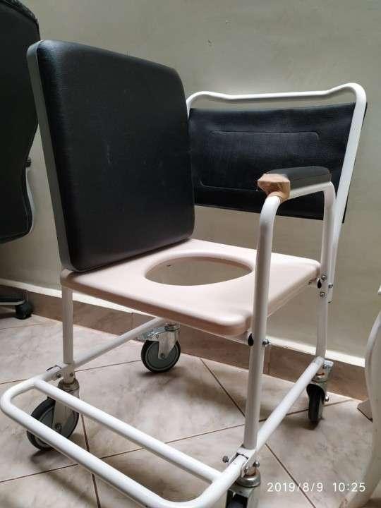 Silla sanitaria con ruedas - 1