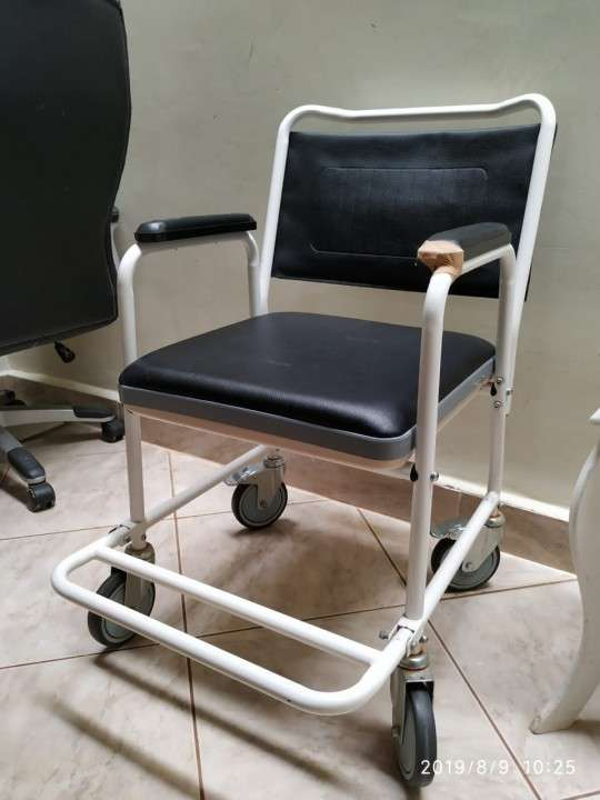 Silla sanitaria con ruedas - 0