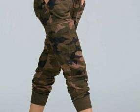 Pantalón jogger camuflado