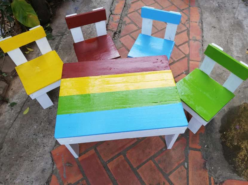 Juego de mesita con sillitas de palet. multicolor - 0