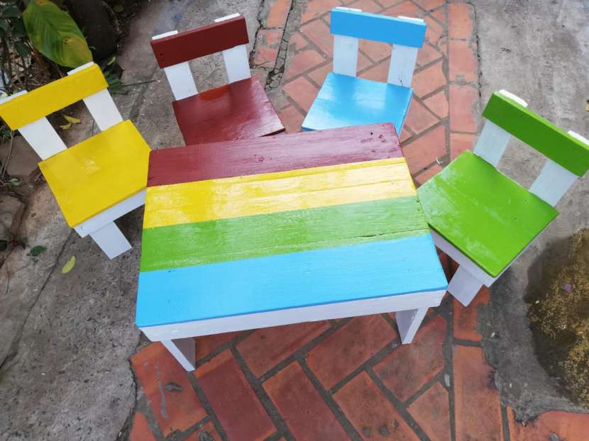Juego de mesita con sillitas de palet. multicolor - 1