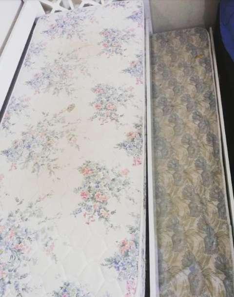 Cama doble con dos colchones y una almohada - 1