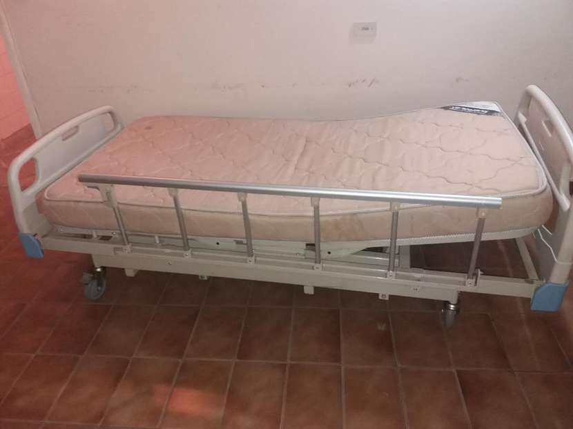Cama hospitalaria y silla de rueda - 0