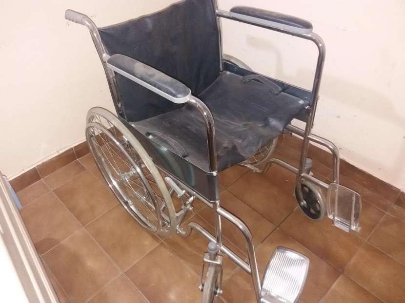 Cama hospitalaria y silla de rueda - 1