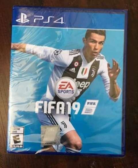 PlayStation 4 con 2 controles y Fifa 19 ️ - 0