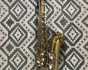Saxofón tenor marca Mendini Cecilio.