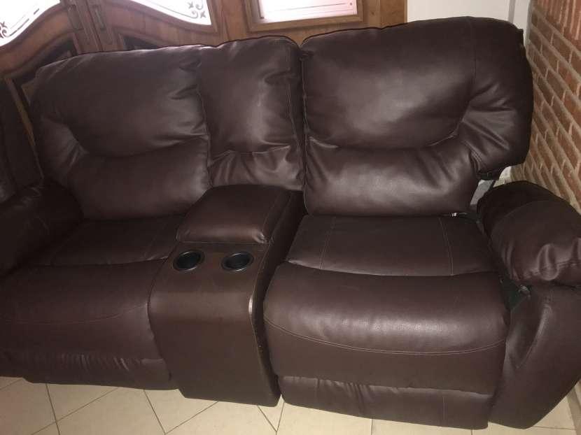 Sofa doble reclinable con porta vasos de cuerina - 0