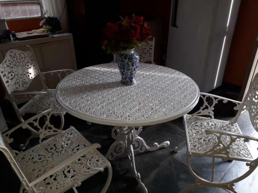 Mesa redonda de hierro para jardin con 4 sillas - 0