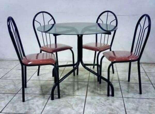 Juego de mesa redonda con 4 sillas - 0