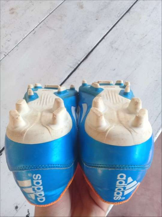 Botín Adidas semi nuevo calce 41 - 0