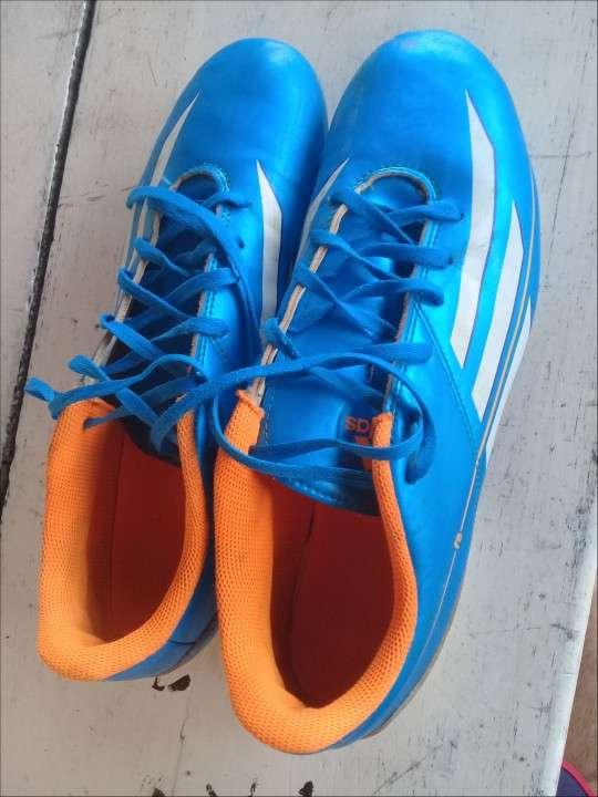 Botín Adidas semi nuevo calce 41 - 1