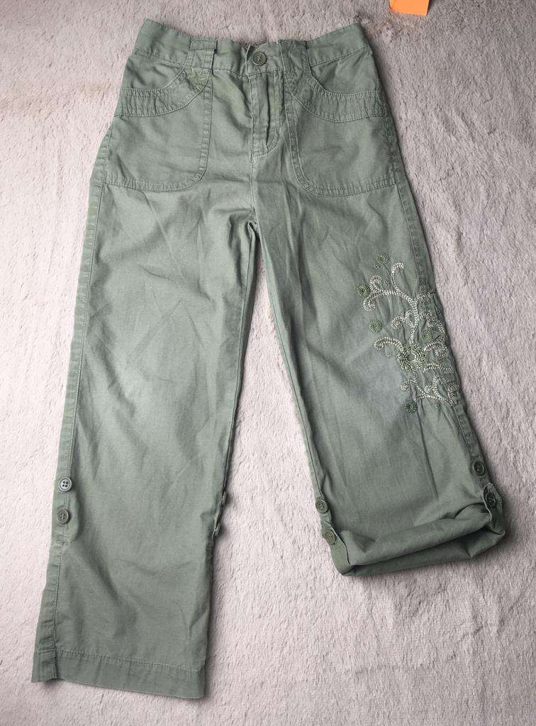 Pantalon tipo capri con bordados, Faded Glory. - 0
