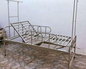 Cama articulada con colchón hospitalario e instalación