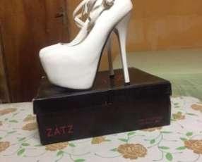 Zapato de punta fina color blanco calce 38