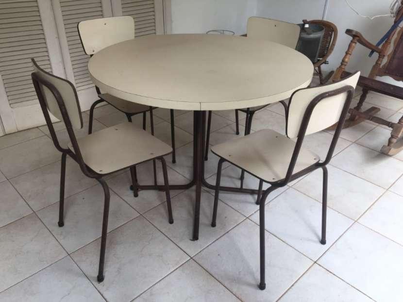 Mesa redonda con 4 sillas - 0