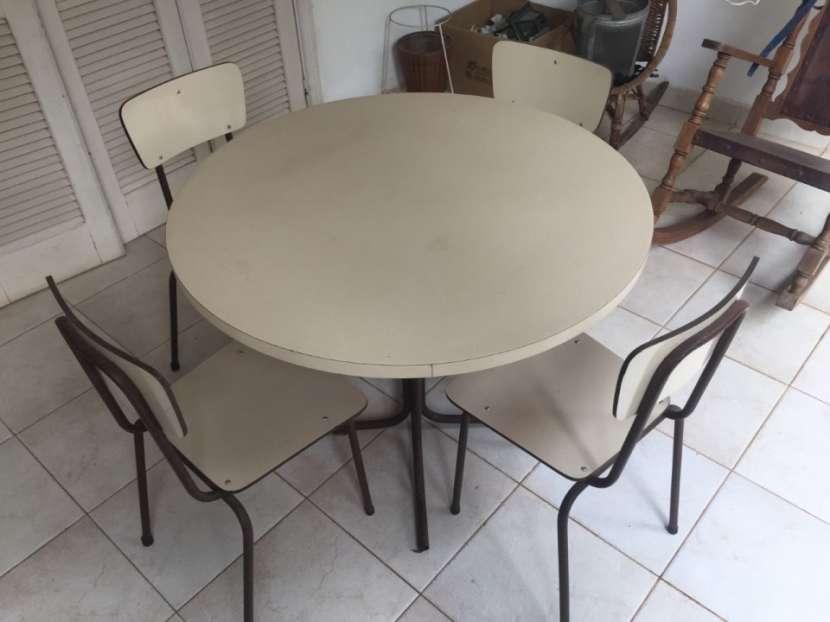 Mesa redonda con 4 sillas - 1