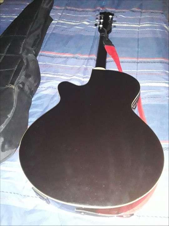 Guitarra electroacústica Freeman con púas - 2