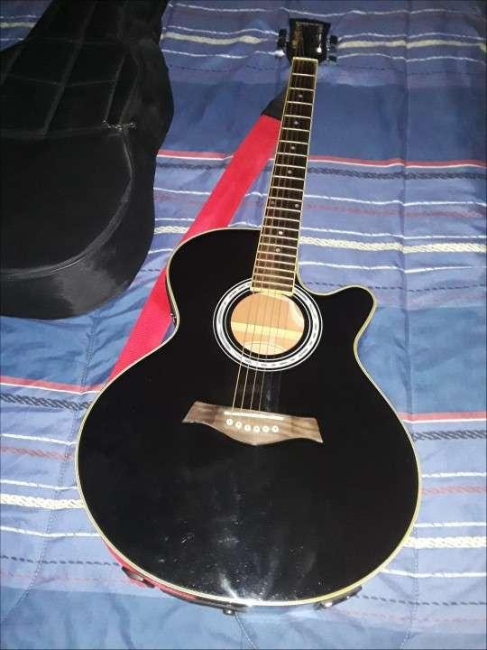 Guitarra electroacústica Freeman con púas - 0