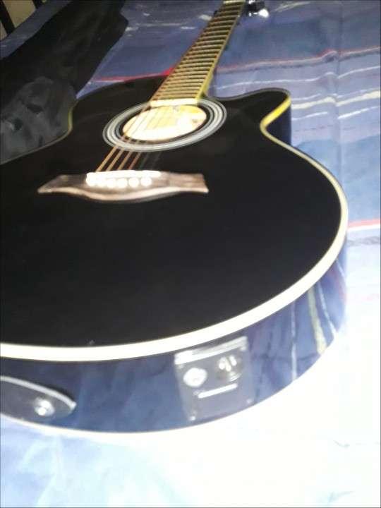 Guitarra electroacústica Freeman con púas - 1