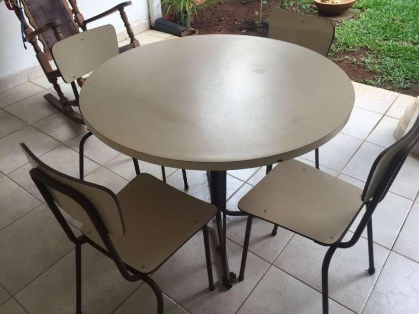 Mesa redonda con 4 sillas - 2