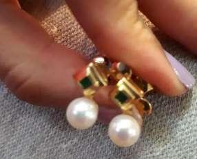 Aro con perlas cultivadas y detalles de esmeraldas de oro
