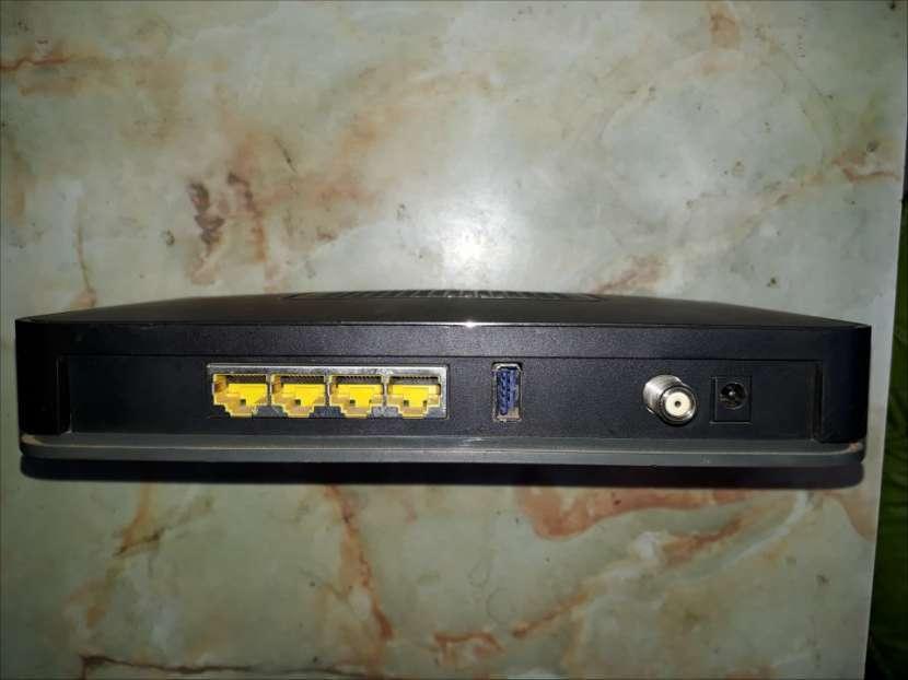 Router con 4 puertos de salida Netgear - 0