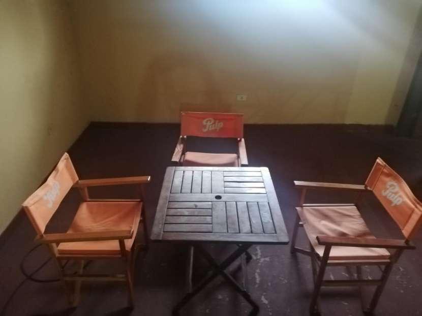Mesa de madera con tres sillas - 1