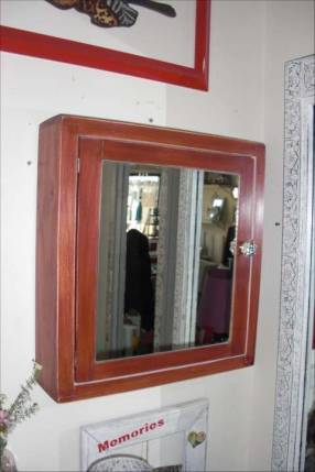 Botiquín de madera con espejo