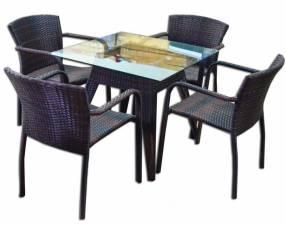 Juego de mesa con 4 sillas ratan
