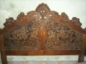 Cabecera de madera totalmente tallada.