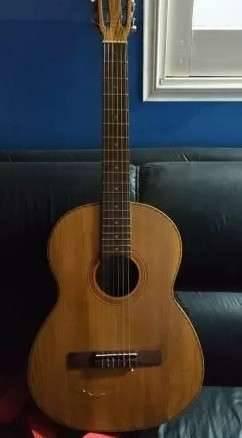 Guitarra Luqueña con micrófono y estuche