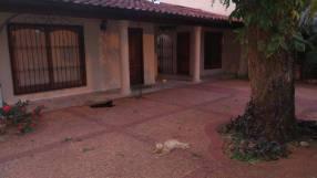 Casa todo planta baja con piscina Barrio Santa Ana Lambaré