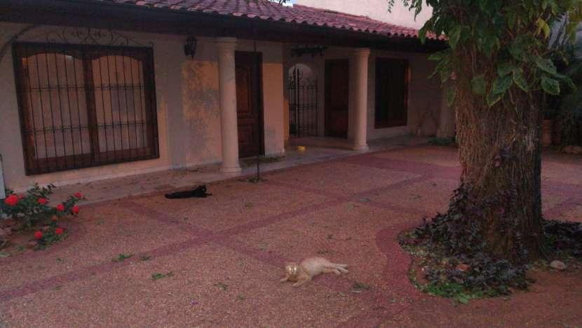Casa todo planta baja con piscina Barrio Santa Ana Lambaré - 0