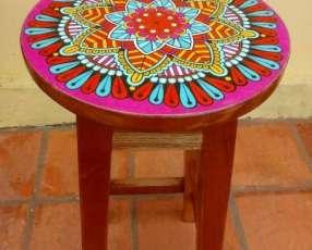 Taburetes pintados con mandalas