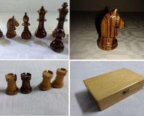 Piezas de ajedrez caballos ojos de cristal
