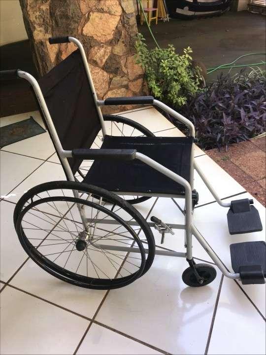 Silla de ruedas, plegable, liviana, de metal, marca Baxmann - 0