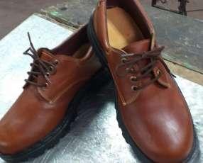 Zapatos hechos de cuero puro