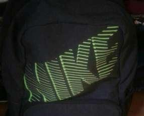 Mochila Nike negro mediano