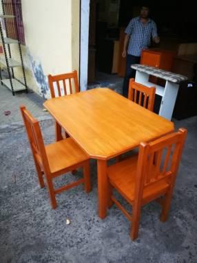 Mesa con 4 sillas todo de madera lustrada