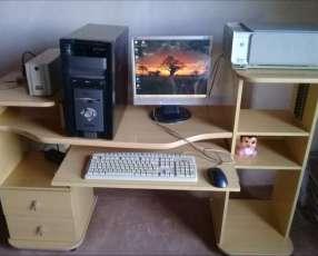 Computadora de escritorio con mesa e impresora
