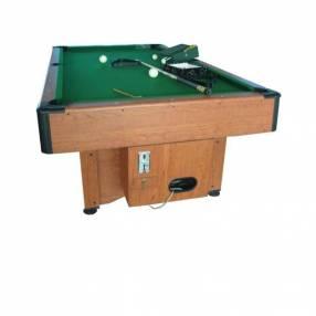 Mesa de pool color madera con tiza, cepillo y tacos