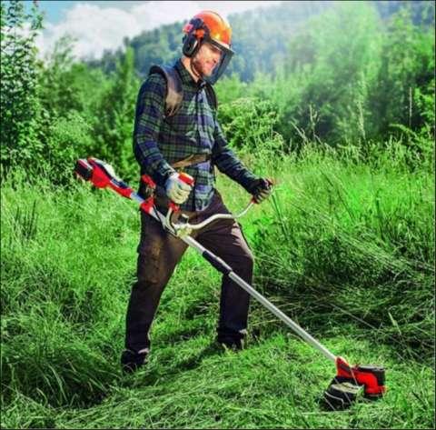 Limpieza de terreno con desmalezadora