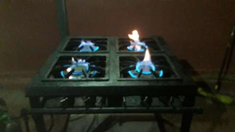 Cocina industria 4 hornallas. 2 con doble quemador