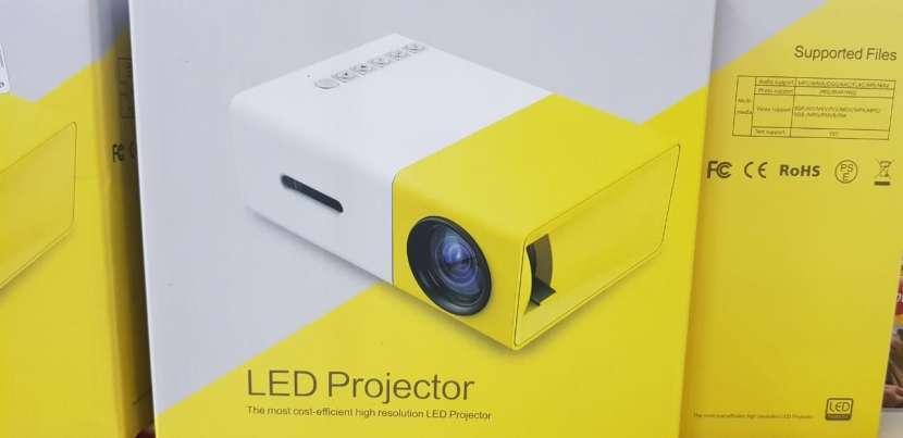 Mini proyector LED de 24 a 60 pulgadas con control - 0