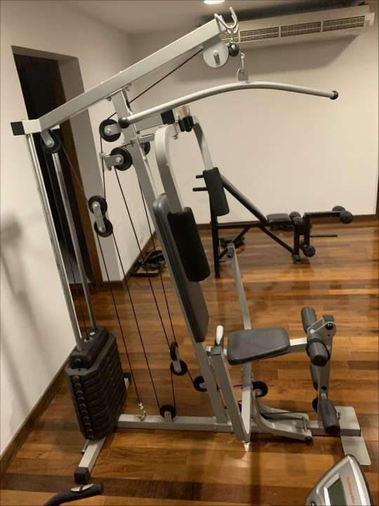 Multigimnasio y banco plano con pesas de 30 kilos - 1