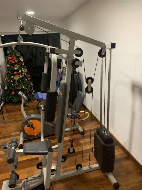 Multigimnasio y banco plano con pesas de 30 kilos - 3