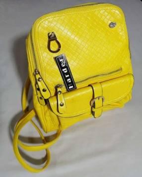 Cartera estilo mochila amarilla